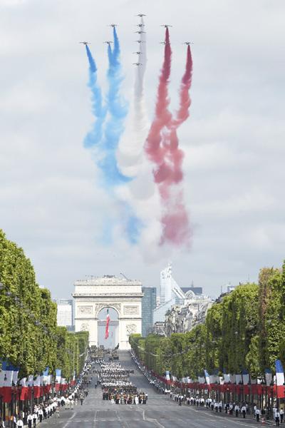 フランス革命記念日、恒例の軍事パレード