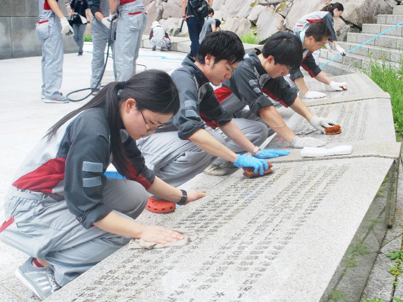 日航社員が上野村の追悼施設「慰霊の園」で清掃