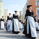 9000人が自慢の伝統衣装で2時間恒例の行進