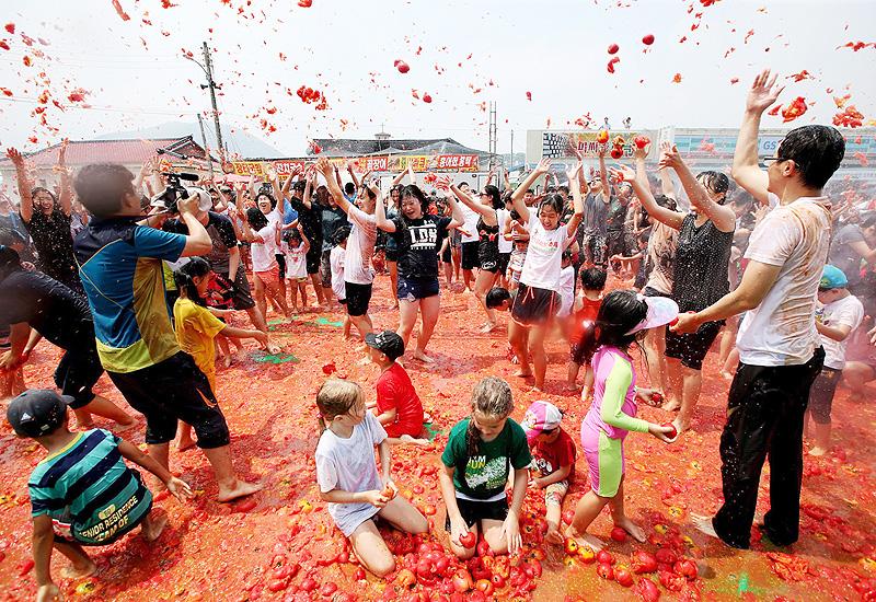 真っ赤なトマトの「プール」で大はしゃぎ