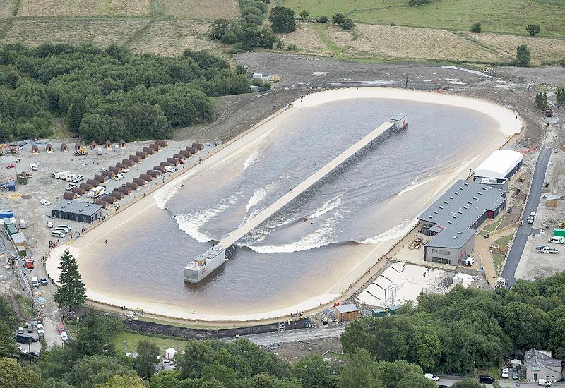 300mの人造湖で好きな波、いつでもサーフィン