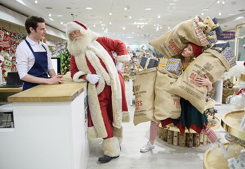サンタが登場、早くもクリスマスの準備を