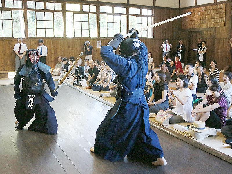 四高の道場「無声堂」で8段剣士が稽古会