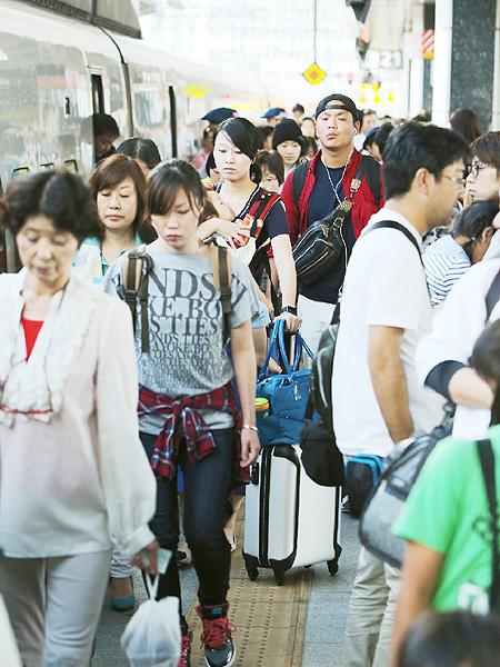Uターン客で混雑する新幹線ホーム