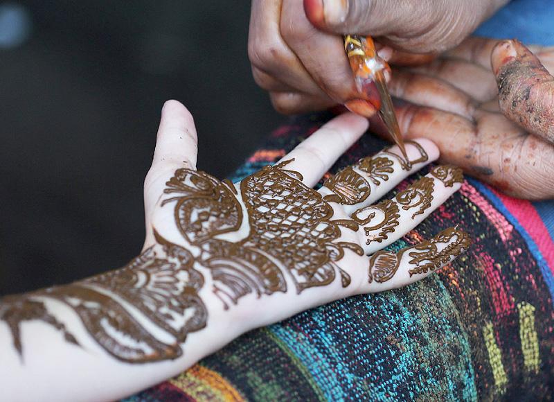 特別な日「犠牲祭」を前に、手のひらに装飾を