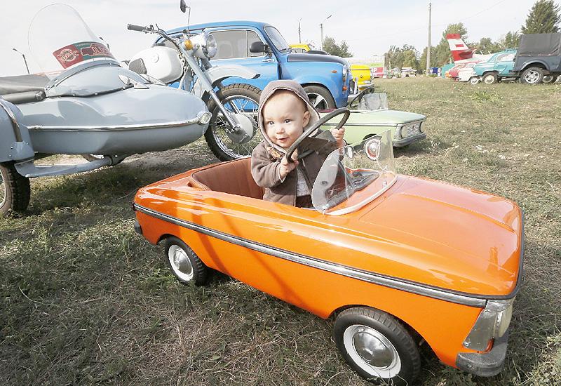 子供用のペダルカー、僕も立派な運転手?