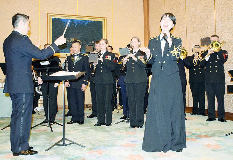 震災復興願い、「花は咲く」日米で合同演奏