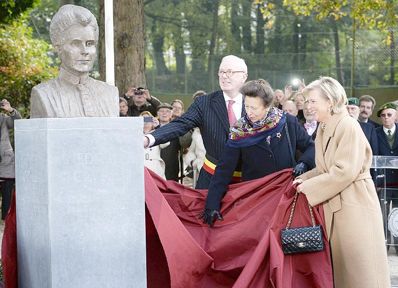 「悲運の看護師」エディス・キャベルの胸像建立