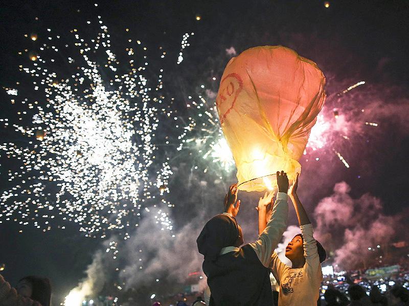 夜空を照らす熱気球や花火