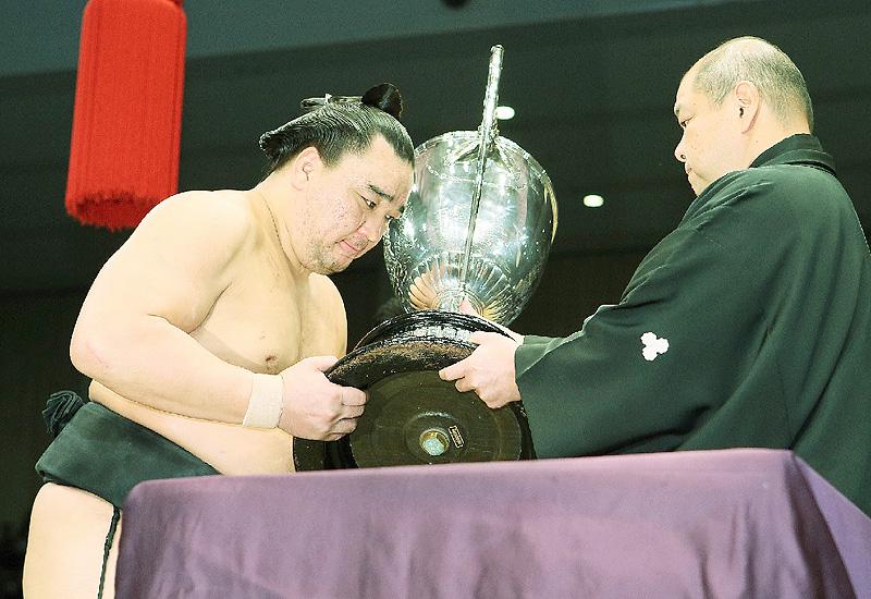 日馬富士2年ぶり優勝、故障越え「忍んだ2年」