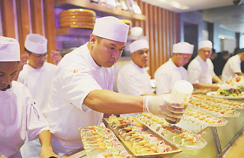 日本食レストランで準備をする料理人=5月18日、マニラ(AFP=時事)