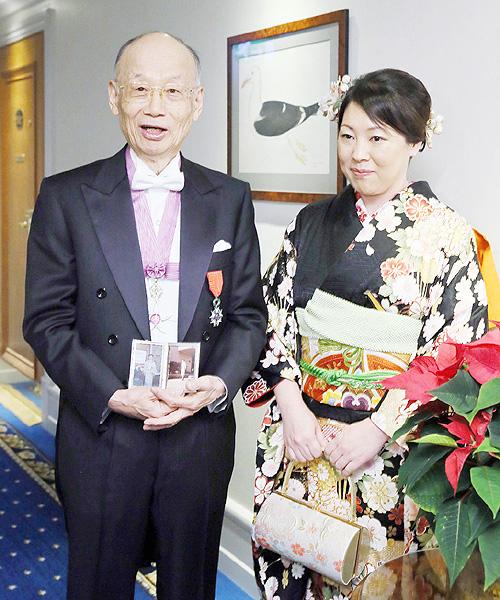 大村さん・梶田さん、メダルと賞状を授与