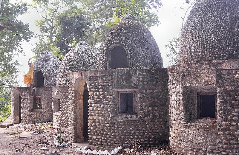 ビートルズ瞑想のインドの僧院公開