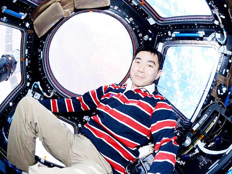 国際宇宙ステーションに到着直後、地球を背に写真に納まる油井亀美也さん。宇宙から最初のツイート(つぶやき)に添えた=7月24日(油井さんのツイッターから)