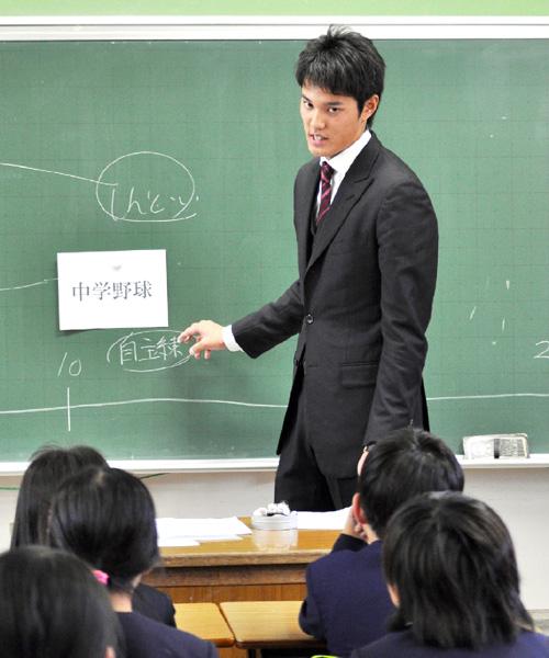 阪神の藤浪晋太郎投手が小学校の教壇に立つ