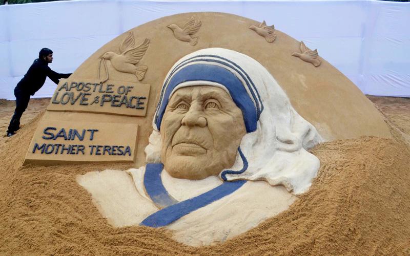 マザー・テレサの肖像、「聖人」に敬意を込めて
