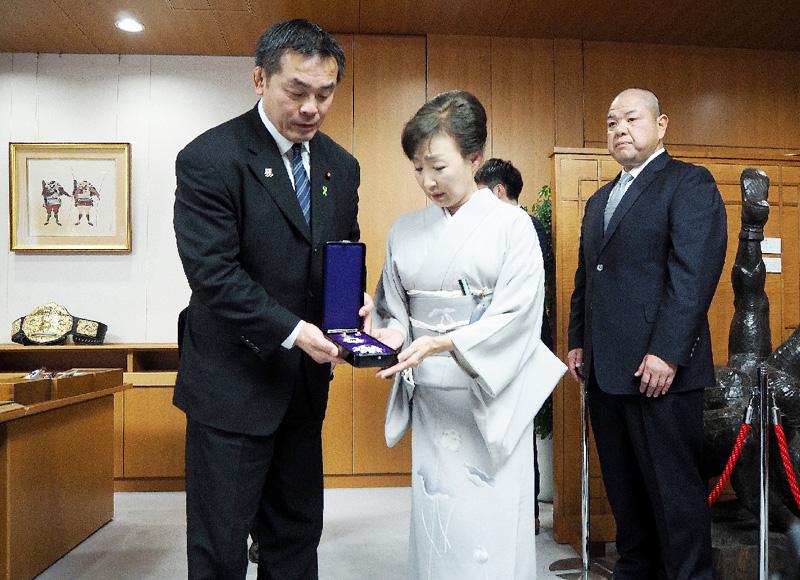 日本相撲協会の北の湖前理事長に叙位、叙勲 馳浩文科相(左)から旭日重光章を授与される北の湖前理事