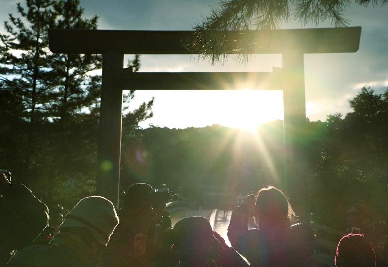 冬至の日、伊勢神宮の宇治橋前の鳥居から朝日