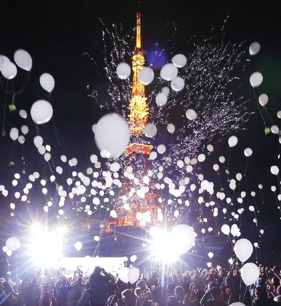 新年スタート! 1000個の風船を夜空に放つ