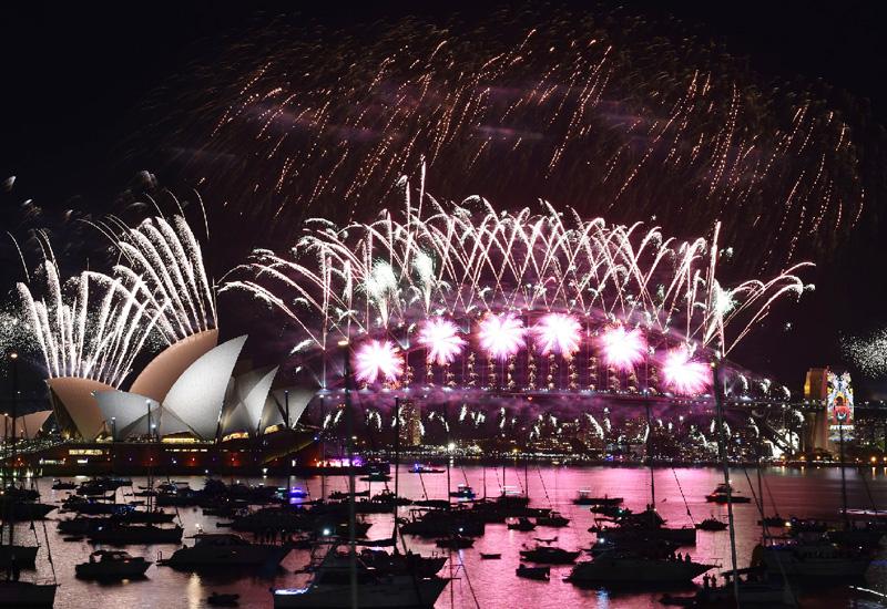 夏真っ盛りの夜、花火を打ち上げ新年祝う