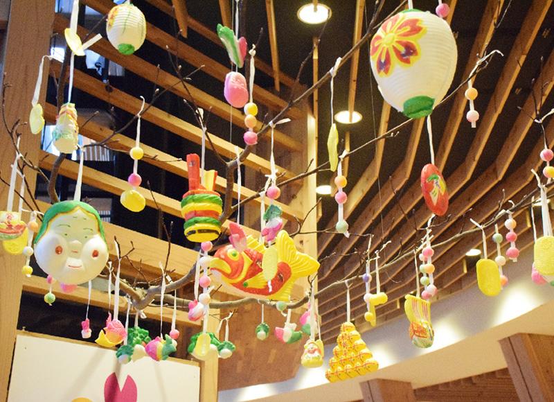 新潟市で小正月の縁起物「繭玉飾り」各所に