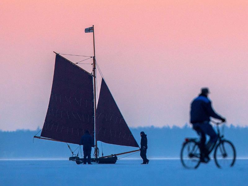 氷上を滑る「ヨット」、「出帆」は2009年以来