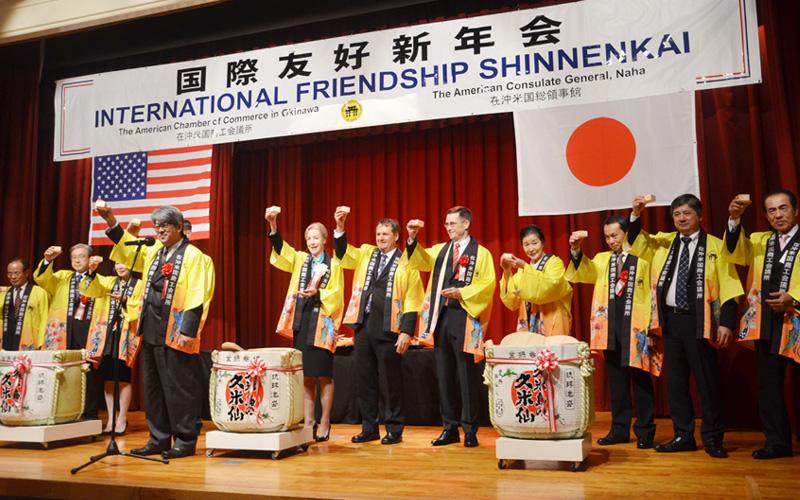 国際友好新年会で恒例の鏡割り、日米友好を誓う