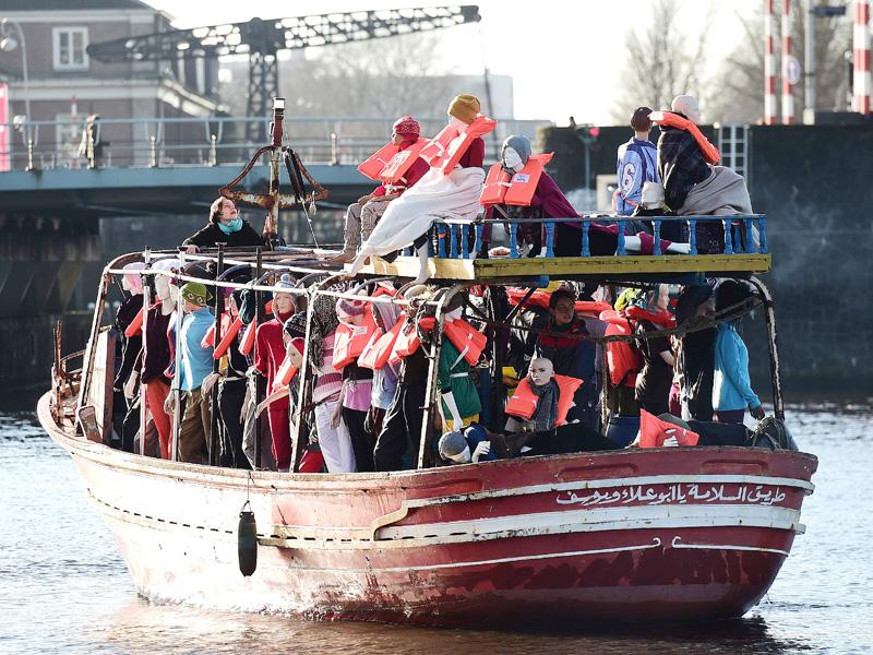 アムステルダムに出現した無言の「難民」たち